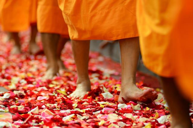 Buddhistische Mönche Allmosengang