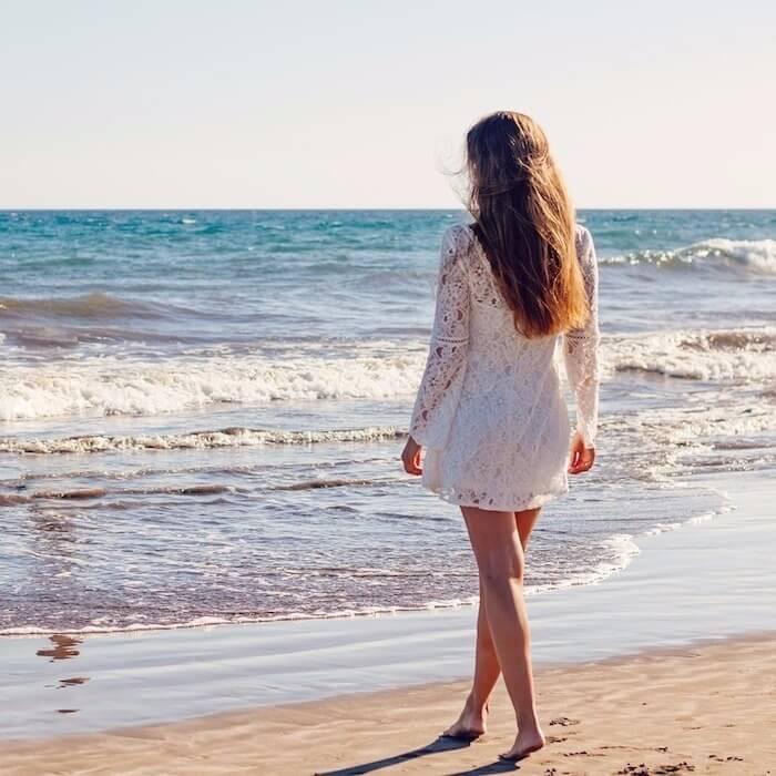 Leistungen - Frau alleine am Strand